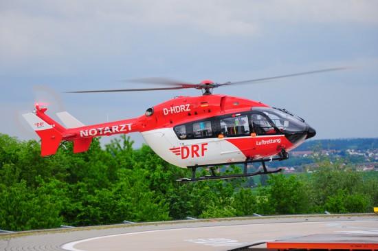 Bisher war der Regensburger Dual-Use-Hubschrauber in der Regel mit einer EC 145 im Einsatz, hier die D-HDRZ beim Landeanflug ans LRZ.