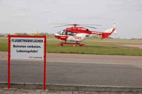 """Normalerweise sind die Betriebsflächen der DRF-Luftrettung am Flugplatz Halle/Oppin für Unbefugte tabu (im Hintergrund die Back-up-Maschine """"Christoph Halle"""")"""
