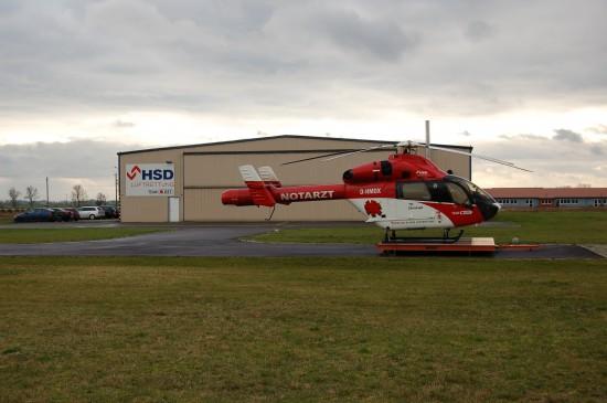"""Im Jahr 2009 sah das noch anders aus: hier die MD 900 Explorer als ITH """"Christoph Sachsen-Anhalt"""" (im Hintergrund das großformatige HSD-Logo)"""