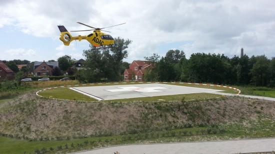 Christoph 6 aus Bremen am Nachmittag des 9. Juli 2015 bei einem Einsatz kurz vor der Landung auf dem neuen Landeplatz auf der Insel Borkum