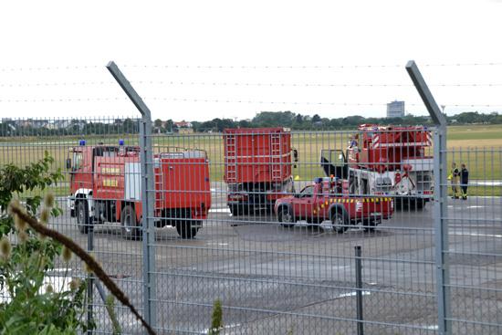 Einsatzkräfte der Mannheimer Feuerwehr auf dem Flughafengelände