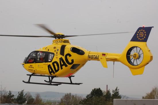 """Von Beginn an ist die ADAC-Luftrettung Betreiber der Fuldaer Luftrettungsstation """"Christoph 28"""": Anfänglich flog eine gelbe BO 105, seit 2002 wird dort eine EC 135 eingesetzt"""