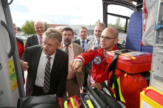 Minister Karl-Heinz Schröter besichtigt Christoph 64