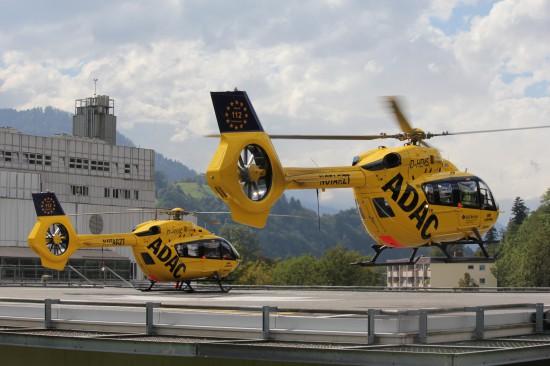 """Das Symbolfoto zeigt zwei H145, darunter """"Christoph Murnau"""", am Landeplatz des Klinikums Garmisch-Partenkirchen"""