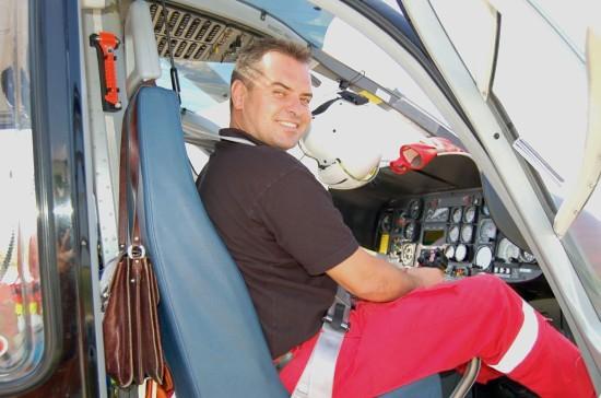 """Stationsleiter Peter Döring vor einigen Jahren in einer EC 135 älterer Generation, deren Cockpit scherzhaft auch """"Uhrenladen"""" genannt wird..."""