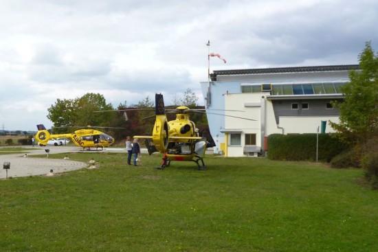 H135 (rechts) und H145 (vor dem Hangar)