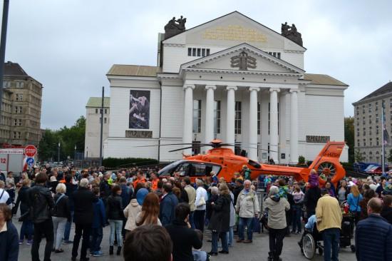 Hunderte interessierte Gäste umlagern den Rettungshubschrauber