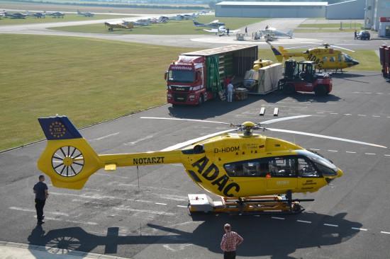 """Die """"D-HDOM"""" am Flugplatz Bonn-Hangelar, wo die Helikopter der ADAC Luftrettung gewartet werden"""