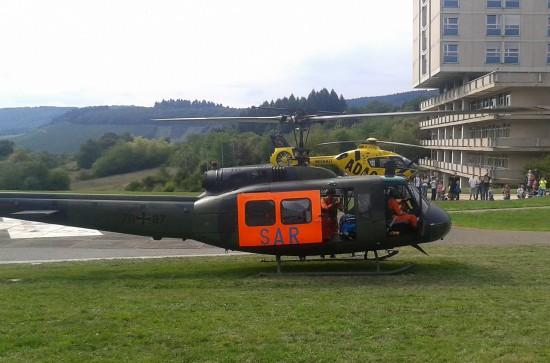 """Alt und neu: """"SAR 41"""" mit der althergebrachten Bell UH-1D zu Gast beim """"Christoph 10"""" in Wittlich mit Fluggerät neuester Generation"""