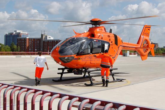 """An der Medizinischen Hochschule Hannover (MHH) ist der Zivilschutz-Hubschrauber """"Christoph 4"""" stationiert (hier bei einem Alarmstart im Mai 2015)"""