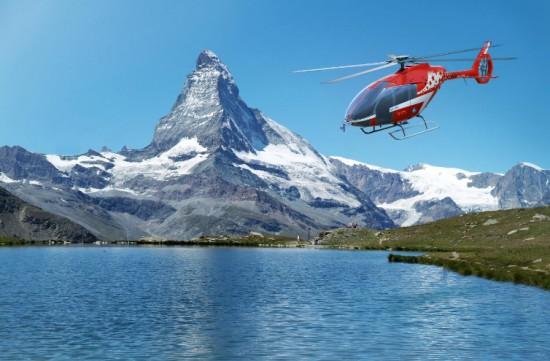 Symbolfoto des neuen Hubschraubermodells vor den Schweizer Bergen
