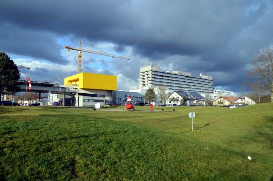 """Der Betrieb des Luftrettungszentrums """"Christoph 28"""" am Klinikum Fulda (im Hintergrund) wird zum 01.01.2017 ausgeschrieben (die Aufnahme aus dem Februar 2016 zeigt einen ITH der Johanniter-Luftrettung auf dem Sonderlandeplatz unterhalb des ADAC-LRZ)"""
