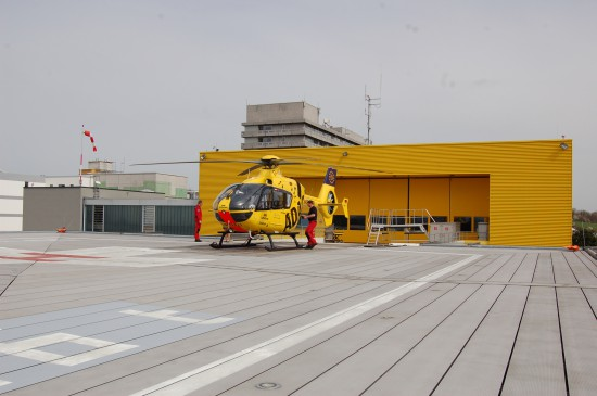 """Das gelbe Luftrettungszentrum """"Christoph 28"""" wurde erst vor wenigen Jahren neu errichtet (der grüne Altbau musste dem Neubau der Kinderklinik weichen)"""