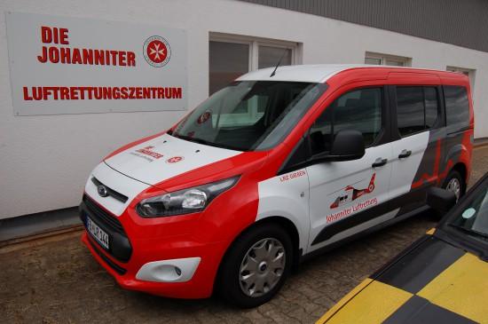 Für eilige Transporte zwischen ihren Luftrettungszentren setzt die Johanniter Luftrettung unter anderem einen Ford Kuga und (hier zu sehen) einen Ford Transit Courier ein (Aufnahme aus dem Juli 2015)