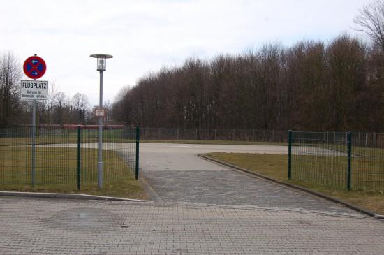 """Am Knappschaftskrankenhaus in Bochum-Langendreer (wie das Bergmannsheil in Bochum trägt es den Titel """"Universitätsklinikum"""") starten und landen regelmäßig RTH und ITH (hier der verwaiste Sonderlandeplatz in der Nähe der Notaufnahme)"""