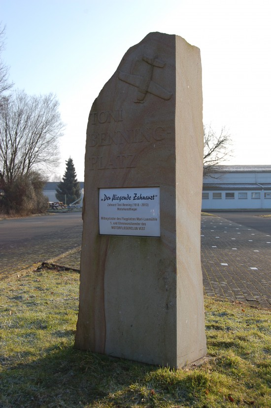 """Der Verkehrslandeplatz Loemühle in Marl verdankt seine Existenz einem """"Flying Dentist"""", wie dieser Gedenkstein enthüllt (Aufnahme ebenfalls vom 12. März 2016))"""