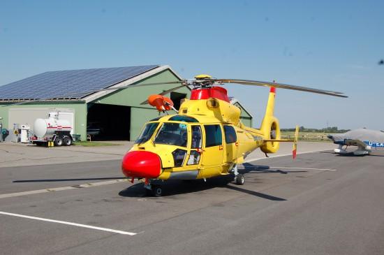 """In St. Peter-Ording ist dieser farbliche Exot von NHC als Off-Shore-""""Rettungshubschrauber"""" stationiert (hier im August 2015)"""