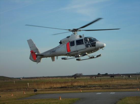 """Die Hubschrauber von NHC führen im Auftrag des Landes Niedersachsen den luftgebundenen Krankentransport von und zu den ostfriesischen Nordseeinseln durch (hier landet am 31.12.2013 ein """"Dauphin"""" am Sonderlandeplatz von Langeoog)"""