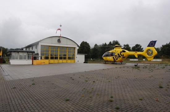 """1996 wurde das Neustrelitzer Luftrettungszentrum """"SAR 93"""" noch von der Bundeswehr errichtet – seit zehn Jahren fliegt der ADAC als """"Christoph 48"""" (hier eine Aufnahme aus dem Sommer 2010)"""