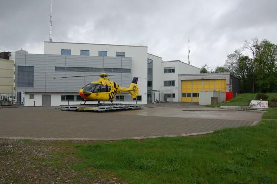 """Wurde vor 20 Jahren vom ADAC übernommen: der seit 1978 auf dem Winterberg stationierte """"Christoph 16"""" (hier im Mai 2012 kurz vor der Fertigstellung der neuen Integrierten Leitstelle des Saarlandes)"""