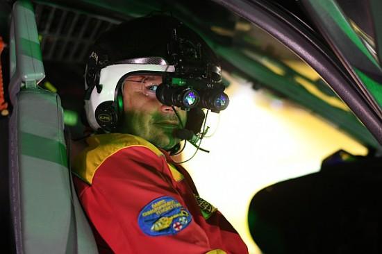 Die Restlichtverstärkerbrillen werden am Helm montiert und können bei Bedarf in das Sichtfeld geklappt werden.
