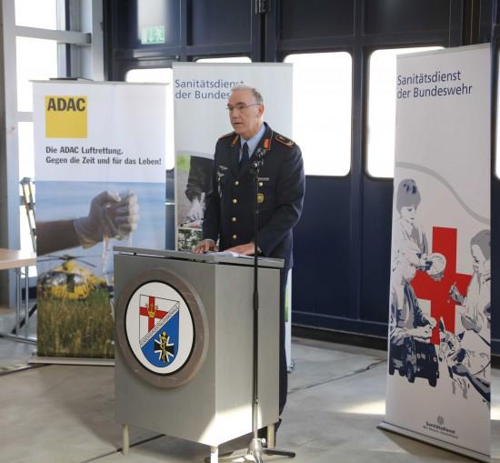 Generalarzt Dr. Jürgen Brandenstein, Chefarzt des BwZKrhs, begrüßte die Gäste bei der Übergabeveranstaltung und betonte die gute Zusammenarbeit mit der ADAC Luftrettung gGmbH