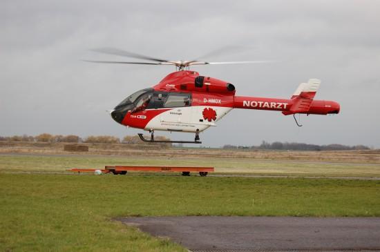 """Im November 2008 flog in Halle-Oppin noch die von der ADAC Luftrettung übernommene MD 900 Explorer (hier im damals gültigen Corporate Design des """"Team DRF"""")"""