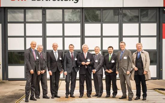Zum 30-jährigen Jubiläum der Station Leonberg empfingen Dr. Hans Jörg Eyrich (1. v. l.) und Steffen Lutz (4. v. l.), Vorstand der DRF Luftrettung, zahlreiche Ehrengäste aus Gesellschaft, Politik und Verwaltung