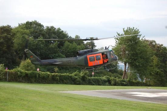 """Das Archivfoto aus dem Jahr 2015 zeigt die Bell UH-1D als """"SAR Nörvenich 41"""" am St. Elisabeth-Krankenhaus in Wittlich"""