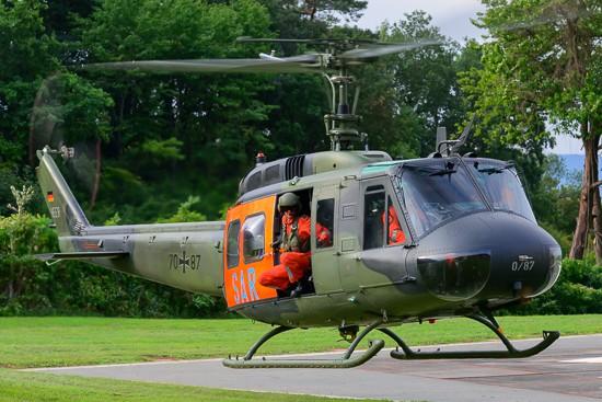 Die Archivaufnahme aus dem September 2015 zeigt eine Bell UH-1D des Deutschen Heeres in SAR-Konfiguration beim Landeanflug am St. Elisabeth-Krankenhaus Wittlich