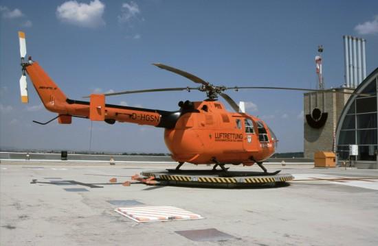 Die Archivaufnahme aus dem August 2004 zeigt die EC Bo 105 CBS-5 auf dem Dach des BGU-Gebäudes K