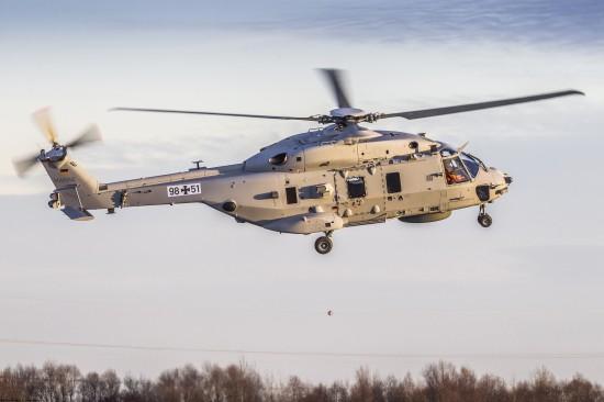 """Der Marinehubschrauber NH90 """"Sea Lion"""" absolvierte am 8. Dezember 2016 seinen Erstflug über das Airbus-Gelände in Donauwörth"""