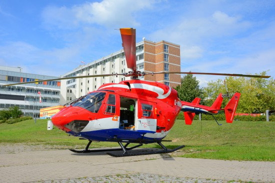 """Welcher Betreiber letztendlich zum Zuge kommen wird, ist derzeit noch völlig offen (die Aufnahme aus dem August 2016 zeigt eine BK 117 der HTM als Ersatz für den ITH """"Christoph Rostock"""" am Rostocker Südstadt-Klinikum)"""