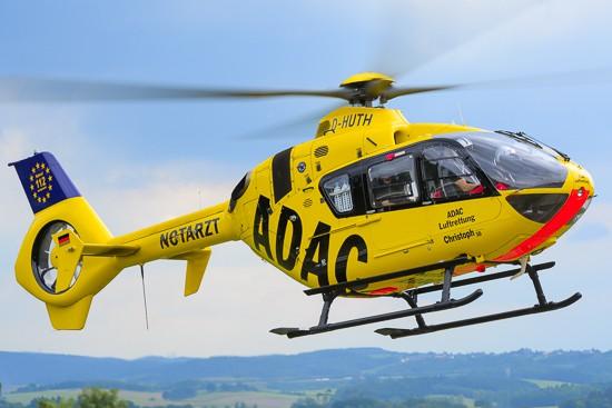 """Die EC 135/H135 wird von einem Piloten geflogen (hier zu sehen der RTH """"Christoph 10"""" im September 2015 in Wittlich, zwischenzeitlich fliegt dort eine der drei H135 der ADAC Luftrettung)"""