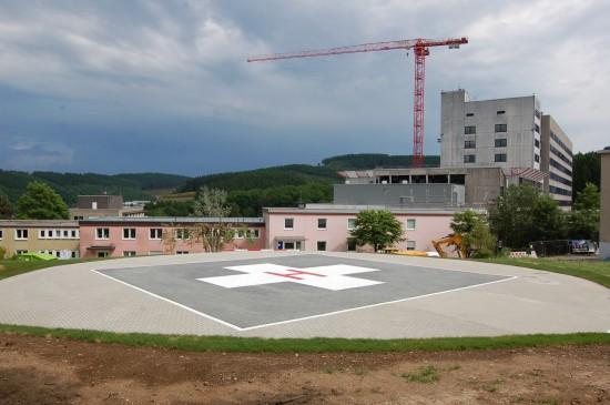 Im Hintergrund sieht man den langjährigen Dachlandeplatz, der nun überbaut wird