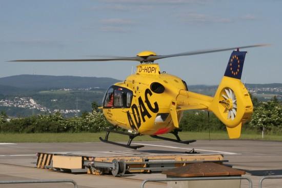 Im Januar 1973 fing alles mit einer Bell UH-1D an, seit April 1999 ist am BwZKrhs Koblenz eine EC 135 der ADAC Luftrettung stationiert (hier eine Archivaufnahme aus der Anfangszeit der zivil-militärischen Zusammenarbeit)