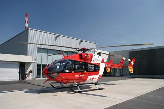 In Dübendorf bei Zürich ist eine der sechs Flachland-EC 145 der REGA stationiert