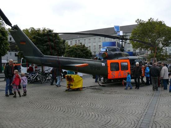 Sie gehört(e) zweifellos zu den Sympathieträgern der Bundeswehr: die Bell UH-1D mit der orangen Tür und den blauen Buchstaben SAR (hier erneut die 70+96 in Oberhausen)