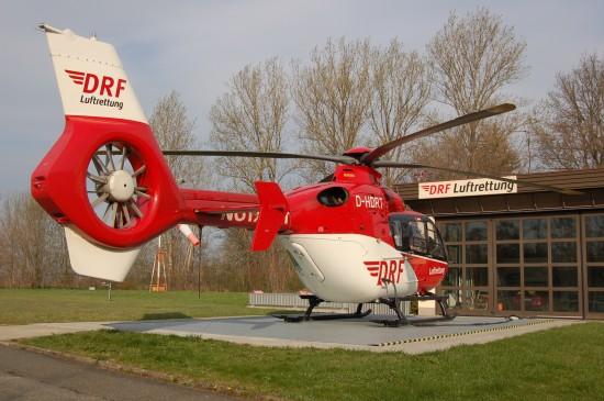 """... und DRF Luftrettung (hier der RTH """"Christoph 46"""" an seiner Homebase in Zwickau) teilen sich derzeit den sächsischen Luftrettungsmarkt auf"""