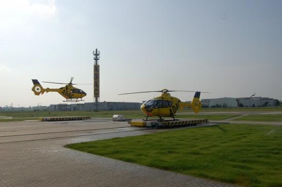 """In Dölzig-Schkeuditz sind gleich zwei RTH der ADAC Luftrettung stationiert (vorne der """"Christoph 61"""", hinten der seinerzeit noch als """"Christoph Leipzig"""" bezeichnete """"Christoph 63"""")"""