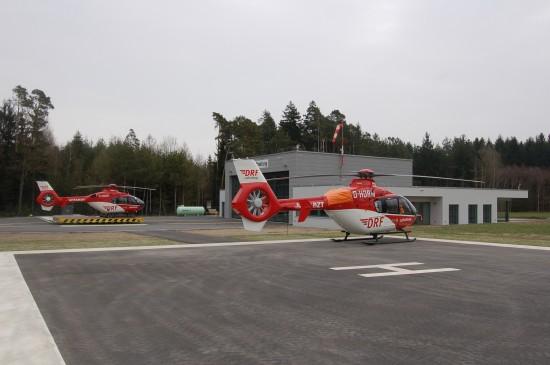 """Hier zu sehen: die DRF-Station Weiden mit RTH """"Christoph 80"""" und einer Backup-Maschine (Archivaufnahme aus dem April 2012)"""