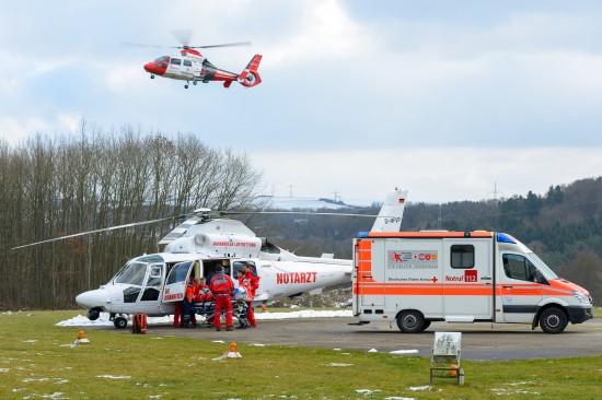 Intensivtransport mit speziellen ITH ist das Kerngeschäft der Johanniter Luftrettung (hier sieht man gleich zwei ITH der Johanniter Luftrettung am Bodenlandeplatz der UKS in Homburg/Saar)