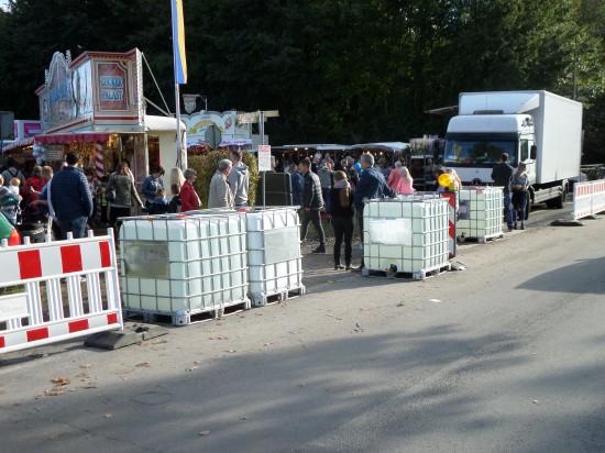 Besonders gefährdet scheinen in Zeiten des Terrors beliebte Volksfeste (hier einer der verbarrikadierten Eingänge zum Reinholdi-Markt im Lagenser Ortsteil Pottenhausen am 1. Oktober 2017)