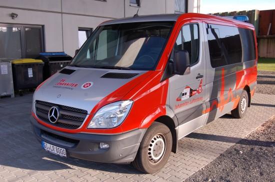 Stand als Shuttlebus zwischen den Veranstaltungsorten zur Verfügung: der auffällig beklebte Sprinter der Johanniter Luftrettung