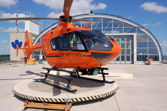 """Seit 1997 war """"Christoph 2"""" auf dem Dach der BGU Frankfurt am Main stationiert – seit heute fliegt er übergangsweise von Friedrichsdorf aus"""