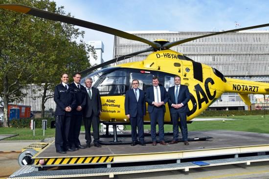 Frédéric Bruder, seit Kurzem alleiniger Geschäftsführer der ADAC Luftrettung gGmbH (rechts im Bild), mit weiteren Gästen der Jubiläumsveranstaltung
