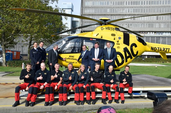 Prof. Dr. Ulrich Frei, der Ärztliche Direktor der Berliner Charité (3. von rechts in der oberen Reihe), würdigte das Engagement der Gelben Engel im Himmel über Berlin