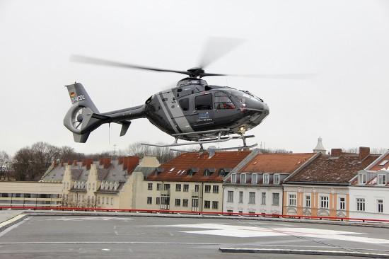 Premierenflug: Die EC 135 mit der Kennung D-HCDL am 15. Februar 2018 beim Start vom Klinikum Rechts der Isar in Richtung Ebersberg