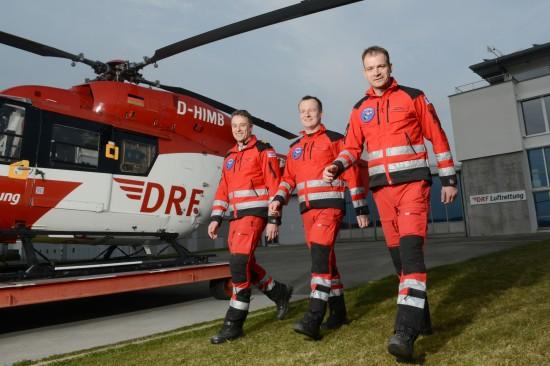 Die leitende Besatzung der Freiburger Station der DRF Luftrettung:  (v.l.) Pilot und Stationsleiter Oliver Barth, der leitende Notfallarzt Dr. Frank Lerch sowie der leitende Rettungsassistent Ralf Mewes