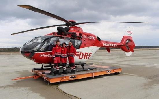 (v.l.) Pilot Werner Iberler, Notärztin Dr. Beate Becher sowie Notfallsanitäter Markus Lederer freuen sich über das 20-jährige Jubiläum